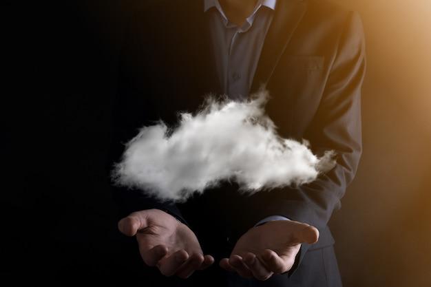 クラウドコンピューティングの概念を手に持っているビジネスマンの男の手にクラウドを持つ若いビジネスマンのクローズアップクラウドサービスの概念