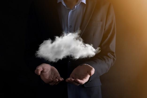 ビジネスマンの男の手が雲を持っています。