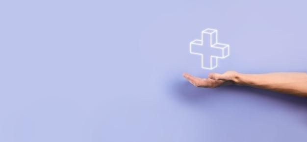 Бизнесмен, мужчина держит в руке, предлагает положительные вещи, такие как прибыль, выгоды, развитие, корпоративная социальная ответственность, представленные знаком плюс. рука показывает знак плюса.
