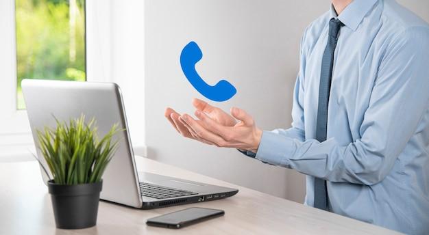 Бизнесмен удерживайте значок телефона. позвоните сейчас, центр поддержки делового общения, концепция технологии обслуживания клиентов.