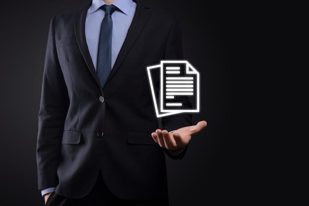 Бизнесмен мужчина держит значок документа в руке концепция технологии интернет бизнеса системы данных управления документами. система управления корпоративными данными dms