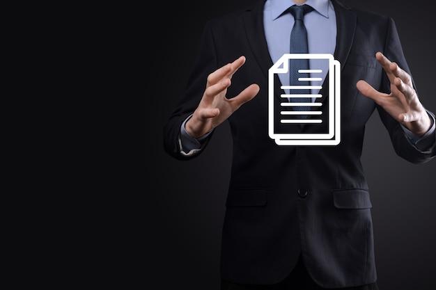 그의 손에 문서 아이콘을 들고 사업가 문서 관리 데이터 시스템 비즈니스 인터넷 기술 개념. 기업 데이터 관리 시스템 dms
