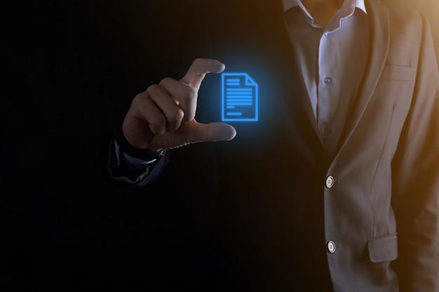 Бизнесмен мужчина держит значок документа в руке концепция технологии интернет бизнеса системы данных управления документами. система управления корпоративными данными dms. Premium Фотографии