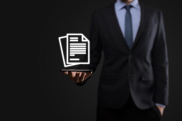 彼の手でドキュメントアイコンを保持しているビジネスマン男性ドキュメント管理データシステムビジネスインターネット技術の概念。企業データ管理システムdms。