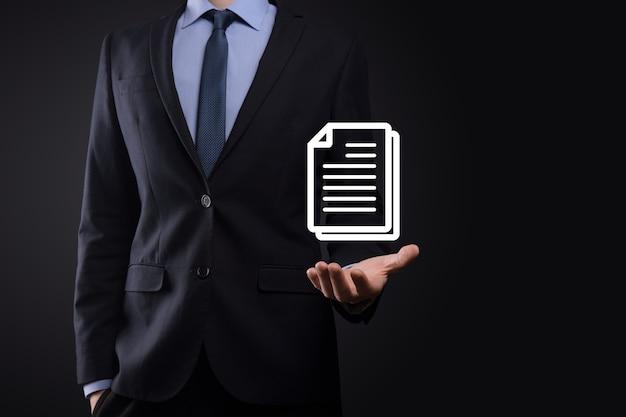 그의 손에 문서 아이콘을 들고 사업가 남자 문서 관리 데이터 시스템 비즈니스 인터넷 기술 개념입니다. 기업 데이터 관리 시스템 dms.