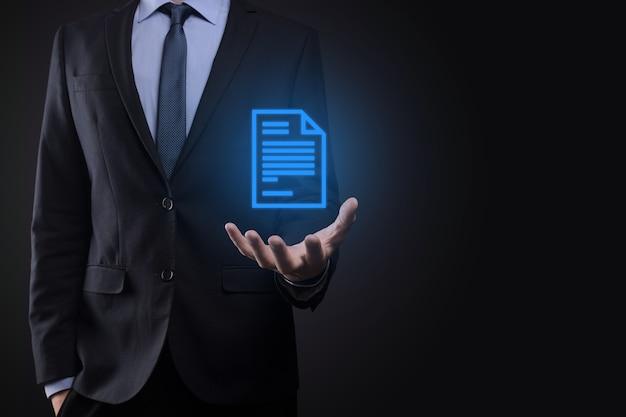 Бизнесмен, держащий в руке значок документа
