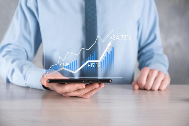 Бизнесмен мужчина держит график с положительным ростом прибыли