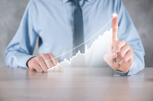 긍정적 인 이익 성장 그래프를 들고 사업가 남자