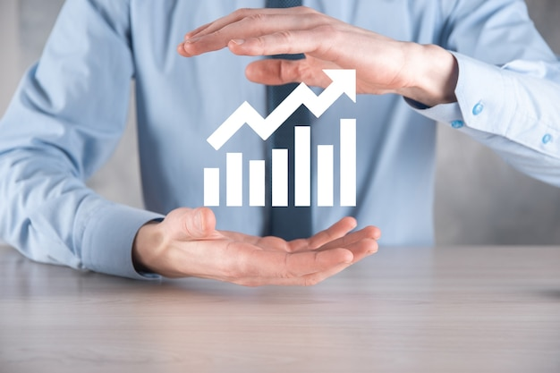 正の利益成長とグラフを保持しているビジネスマン
