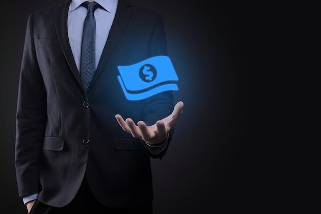 Бизнесмен мужчина держит в руках значок монеты деньги