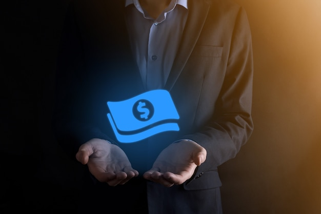 彼の手でお金のコインアイコンを保持しているビジネスマン