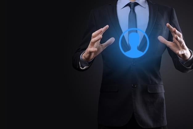 ビジネス デジタル決済インターフェイスでショッピング カート トロリー ミニ カートを保持しているビジネスマンの男。ビジネス、コマース、ショッピングのコンセプト。
