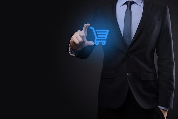 비즈니스 디지털 지불 인터페이스에서 쇼핑 카트 트롤리 미니 카트를 들고 사업가 남자. 비즈니스, 상거래 및 쇼핑 개념