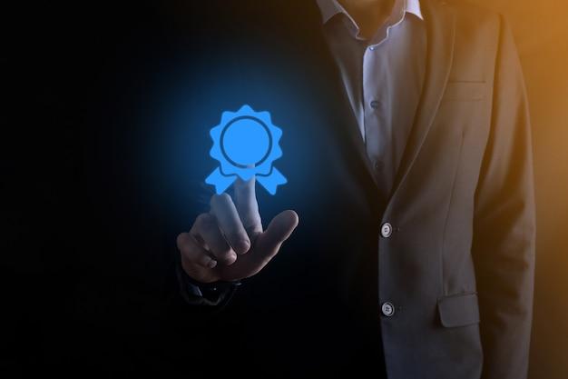 Бизнесмен мужчина держит в руке значок песочных часов. время истекает. напоминание к действию. бизнес-концепция. элементы для дизайна.