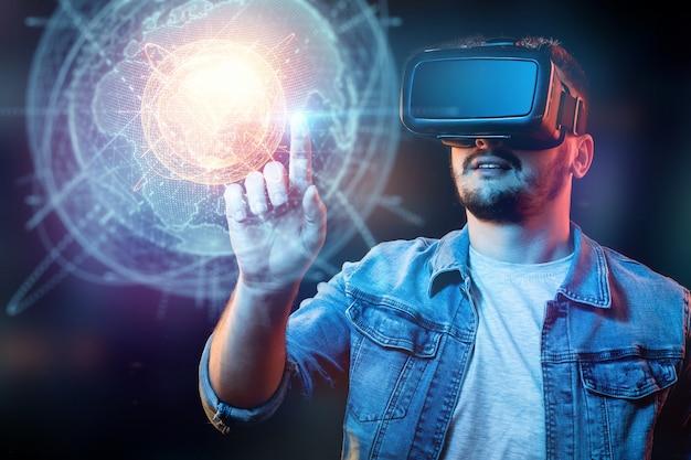Vr 안경 사업가 남자. 지구의 홀로그램을 봅니다. 세계화, 네트워크, 빠른 인터넷, 새로운 통신 기술. 공간 복사 혼합 매체.