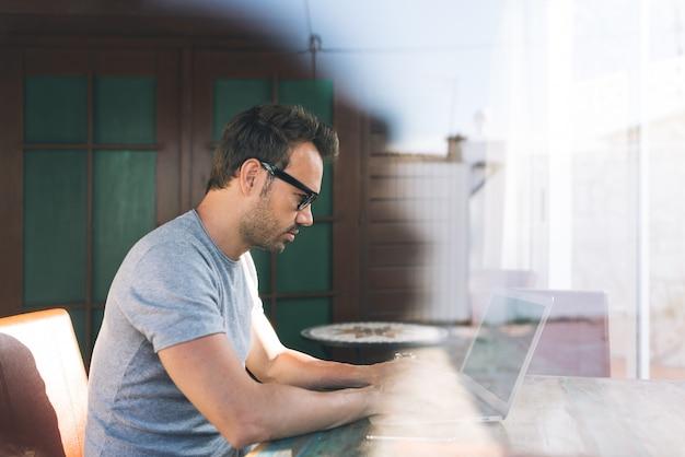 自宅から自分のコンピューターで作業するビジネスマン男
