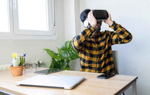 Бизнесмен человек работает с очками виртуальной реальности в своем ярком офисе