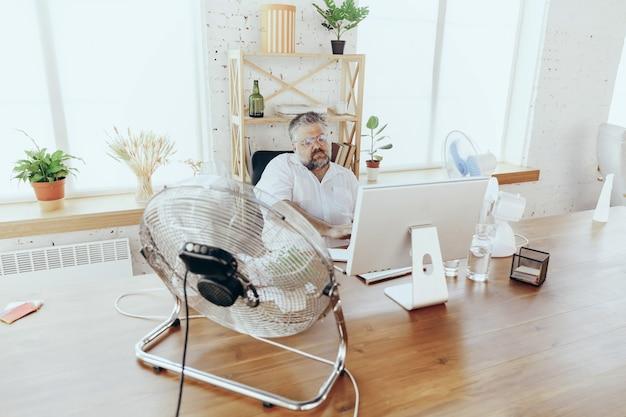 사업가, 사무실에서 뜨거운 느낌을 받는 관리자