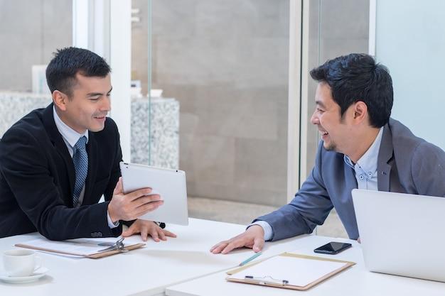 ビジネスマン会議と事務室でのビジネスについて話します。