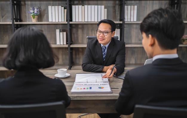 オフィスの新しいプロジェクトのビジネスマン会議チーム