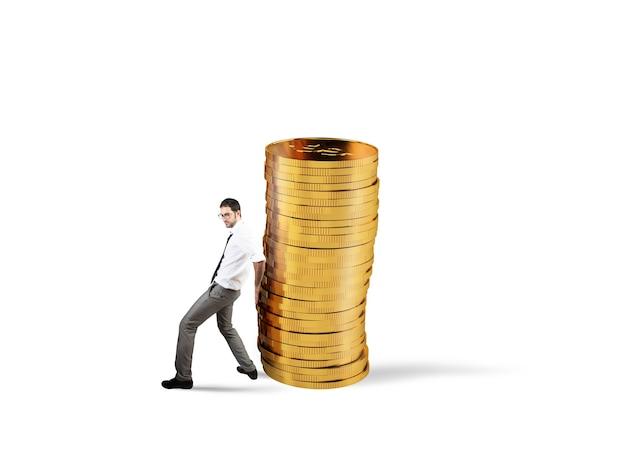 사업가 황금 동전 더미를 이동합니다. 돈을 절약하는 데 어려움의 개념