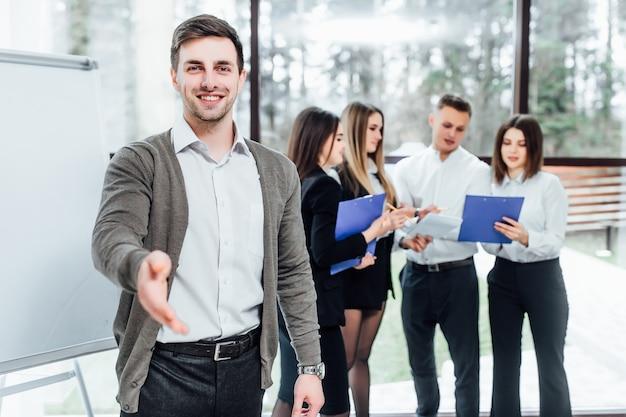 ビジネスマンは、オフィスでこんにちはとして振る手を提供します。真面目なビジネス、フレンドリーなサポートサービス、優れた見込み、紹介または感謝のジェスチャー、感謝の気持ち