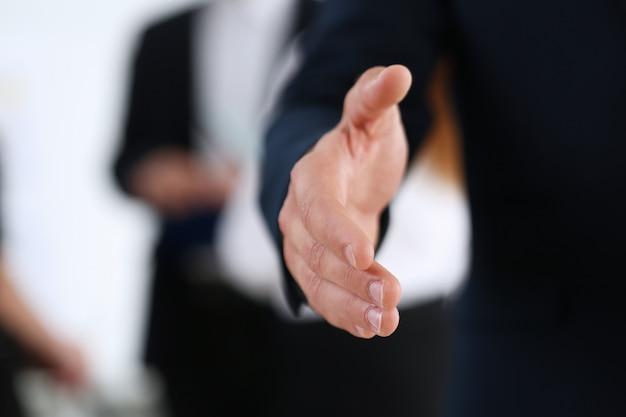 ビジネスマンはオフィスでこんにちはとして振る手を提供します