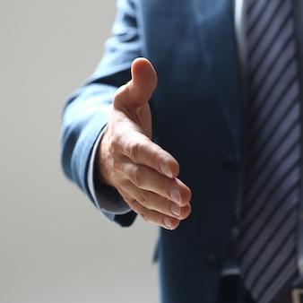 Бизнесмен предложить руку пожать, как привет в офисе