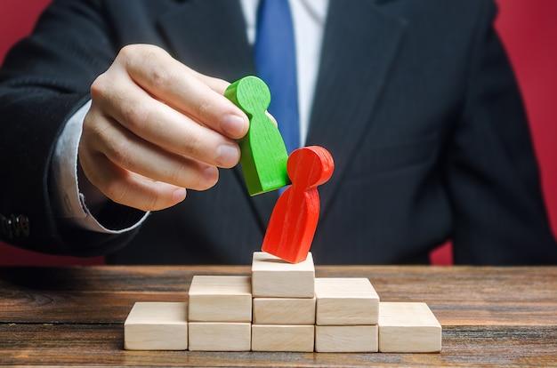 사업가 관계자는 무능한 직원을 새로운 사람으로 대체합니다.