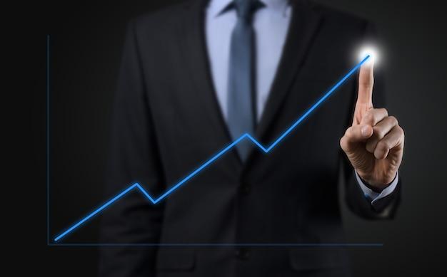 黒い背景のビジネスマンは、正の成長矢印を押す、指を押す