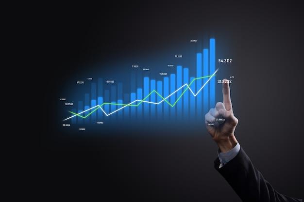 Бизнесмен на черном фоне нажимает, нажимает пальцем на стрелку положительного роста