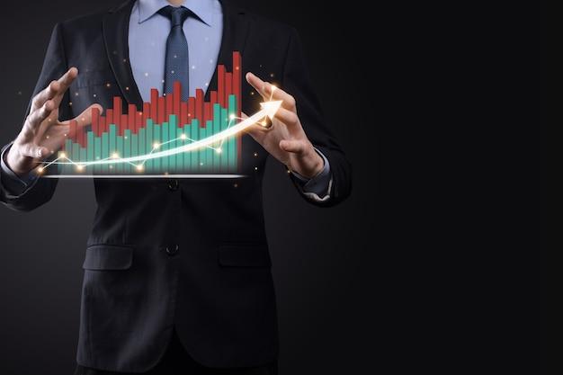 黒い表面のビジネスマンは、正の成長矢印を押す、指を押す