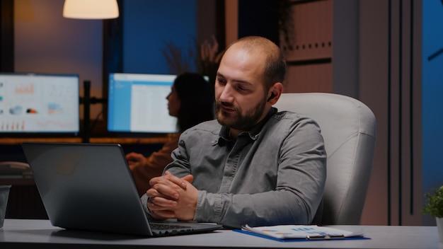 회사 팀 회의 화상 통화 온라인 회의에서 사업가는 늦은 밤 시작 사무실에서 관리 전략에 대해 원격으로 논의합니다. 인터넷 웹 세미나 원격 통화에 지친 기업가