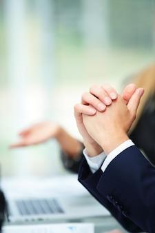 Бизнесмен на рабочем столе во время обсуждения