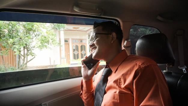 車の中で電話でビジネスマン