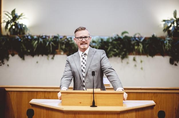 会議で話す表彰台のビジネスマン