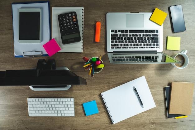 Телефон подключения к сети интернет-банкинга и оплаты бизнесмена. финансы и банковское приложение онлайн-платежей.