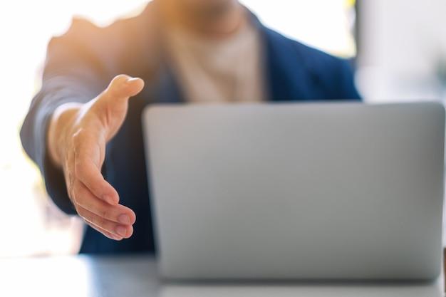 Бизнесмен открыть руку для рукопожатия