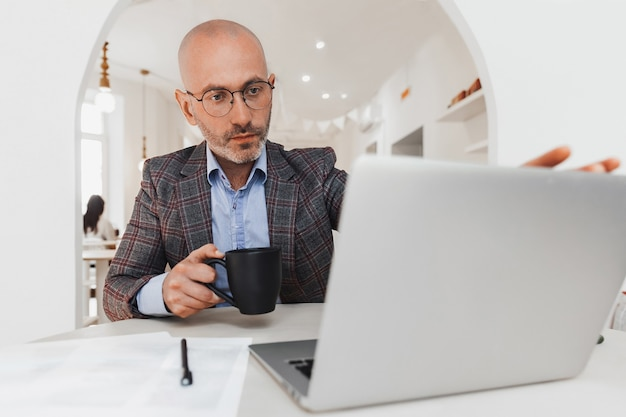 ビジネスマンは仕事のためにラップトップを開きます