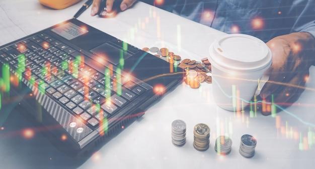 株式市場について分析しているコンピューターのラップトップを見ているビジネスマンやブローカー