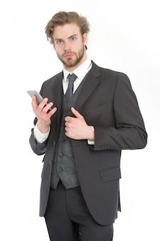 黒のジャケットを着たビジネスマンまたは最高経営責任者。ビジネスファッションと成功。真面目な顔に髭を生やしたマネージャー。会話と新技術。携帯電話でフォーマルな服装の男。