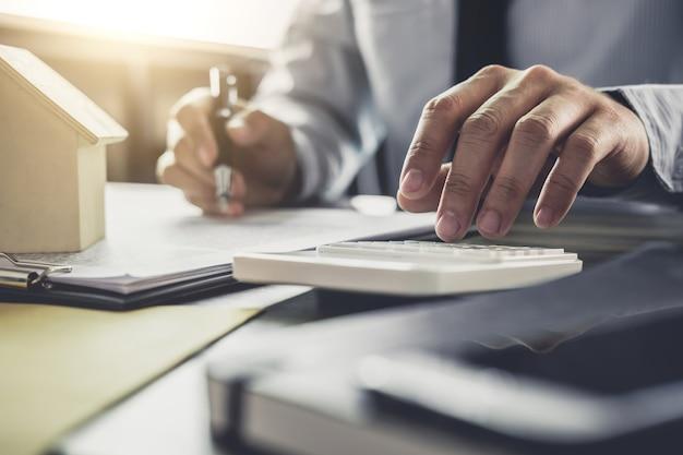 Бизнесмен или бухгалтер-юрист, работающий с финансовыми вложениями в офис