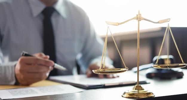 사업가 또는 변호사 법정에서 문서 작업. 법률 법