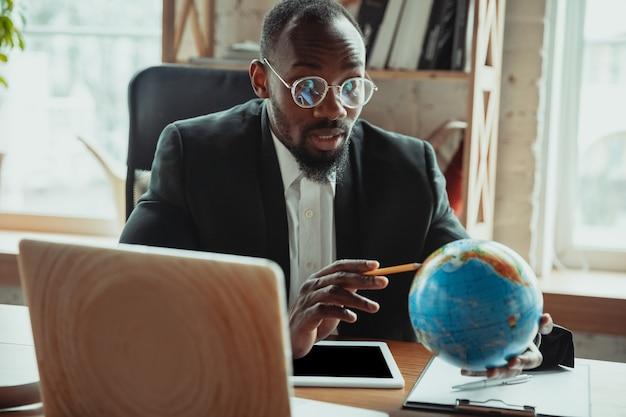 Бизнесмен или студент, работающий из дома, изолированы или держат карантин из-за коронавируса