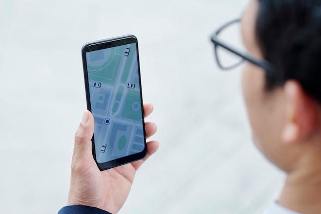 アプリを介してタクシーを注文するビジネスマン