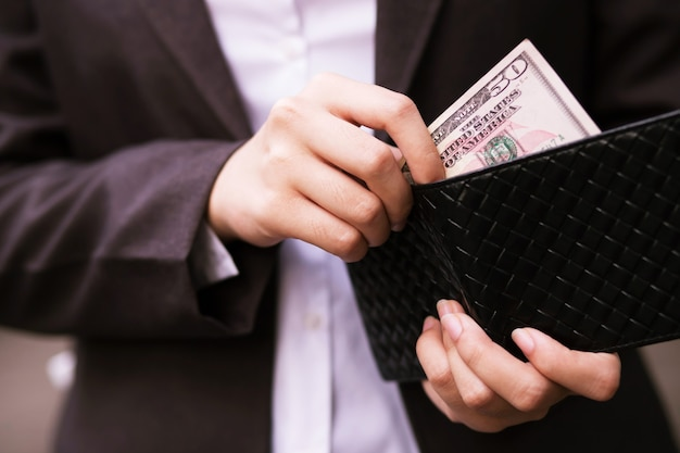 Бизнесмен платит