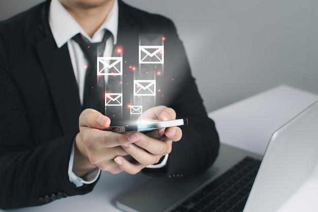 ビジネスマンの人々はメッセージの革新的な技術を使用しています。ミクストメディア、デジタルスマートフォン、オンラインコンセプト。