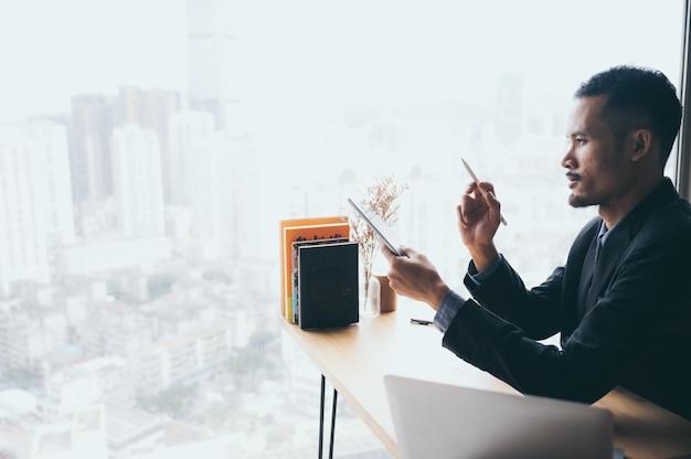 オンラインサイバースペース技術でコンピューターのラップトップを使用して自宅で仕事をしているビジネスマン