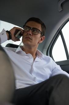 Автомобиль заднего сиденья для бизнесмена