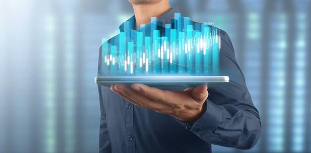 사업가 계획 그래프 성장 및 차트 긍정적 지표의 증가, 손에 태블릿